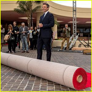 Seth Meyers Rolls Out Golden Globes 2018 Red Carpet!