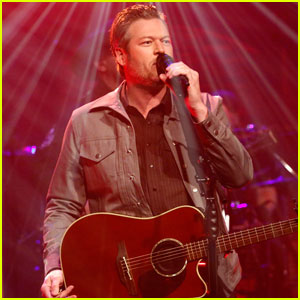 Blake Shelton Performs 'I'll Name the Dogs' on Seth Meyers - Watch Now!