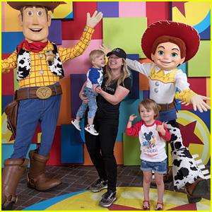 Kelly Clarkson & Sus Hijos Remington & Río Cumplir con Toy Story's de Woody & Jessie en Disneyland!