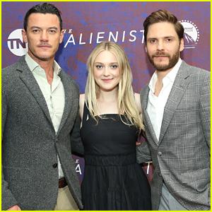 Luke Evans, Dakota Fanning, & Daniel Bruhl Promote 'The Alienist' in NYC!