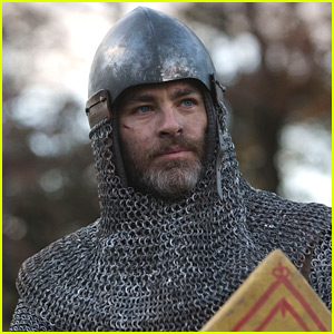 Chris Pine Stars in 'Outlaw King' Trailer - Watch Now!